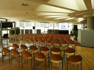 Eine Hellraumleinwand vom Bemaer und Leinwandverleih Hamburg ermöglichte den Mitarbeitern der Lübecker Nachrichten gut lesbare Projektionsergbisse in der gläsernen Mensa. Bemaer und Leinwandverleih Lübeck