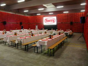 Eine Gain 26 Hellraumleinwand ermöglichte bei der Betriebsratssitzung der Firma Harry Brot in Schenefeld eine kontrasstarke gut lesbare Projektion. Tontechnik und Projektor ausleihen Lübeck