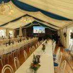 Hellraumprojektion in einem Zelt für ein Firmenevent